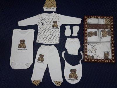 Набор на выписку для новорожденного Louis Vuitton, подарочный,7 предметов.